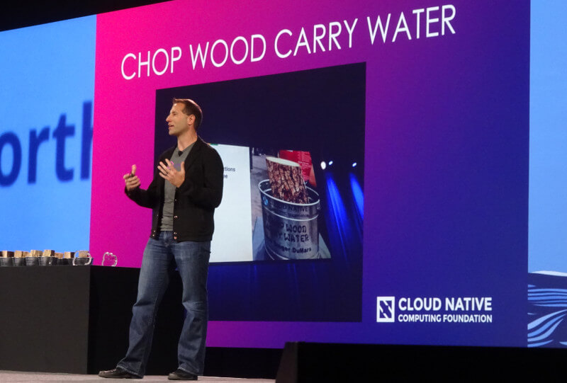 CHOP WOOD CARRY WATERアワードを発表するAniszczyk氏